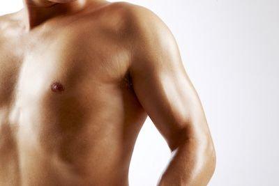 Peito de homem com correção cirúrgica de ginecomastia excesso de pele e glândula mamária na Clínica Ibérico Nogueira